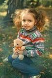 Девушка обнимая плюшевый медвежонка Стоковое Фото
