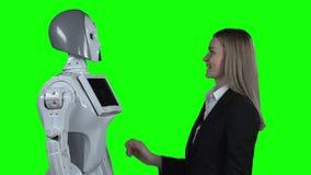 Девушка обнимая робот зеленый экран движение медленное сток-видео