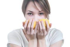 Девушка обнюхивая 2 части лимона Стоковое Фото