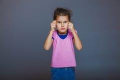 Девушка обхватила ее кулаки готовые для боя стоковые изображения