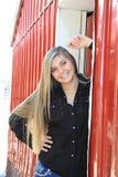 Девушка довольно белокурой средней школы старшая внешняя стоковая фотография