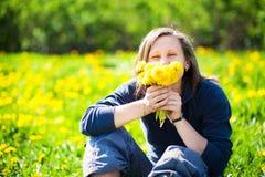 девушка одуванчиков пука Стоковая Фотография RF