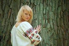 девушка около дуба старого Стоковые Изображения RF