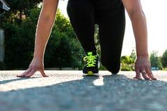 Девушка около, который нужно начать побежать и участвовать в гонке outdoors стоковые фотографии rf