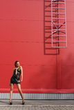 девушка около лестниц стоковые изображения