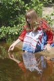 девушка около реки Стоковые Изображения RF