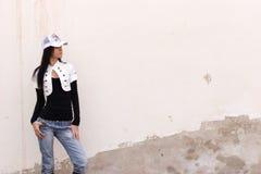 девушка около стены Стоковые Фотографии RF