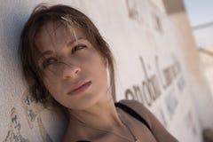 девушка около стены Стоковая Фотография