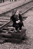 девушка около усаживания железной дороги Стоковая Фотография RF