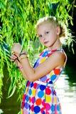 Девушка около дерева вербы около воды Стоковые Изображения RF