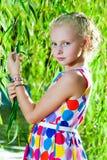 Девушка около дерева вербы около воды Стоковые Фотографии RF