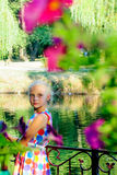 Девушка около дерева вербы около воды Стоковое Изображение