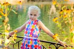 Девушка около дерева вербы около воды Стоковая Фотография