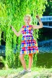 Девушка около дерева вербы около воды Стоковые Изображения