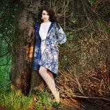 Девушка около дерева стоковые изображения rf