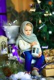 Девушка около ели рождества стоковые изображения rf