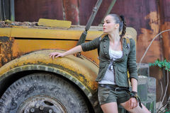 Девушка около кирпичной стены в стиле войск стоковые изображения rf