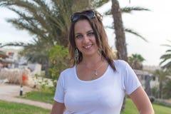 Девушка около пальм и песка Стоковая Фотография