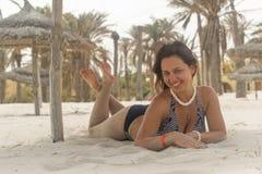 Девушка около пальм и песка Стоковое Фото