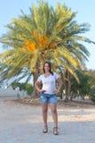 Девушка около пальм и песка Стоковое Изображение
