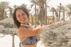 Девушка около пальм и песка Стоковые Изображения