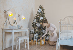 Девушка около рождественской елки с подарками Стоковые Изображения RF