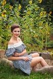 Девушка около солнцецветов в коротком платье 21 Стоковая Фотография