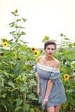 Девушка около солнцецветов в коротком платье 20 Стоковое Изображение RF