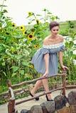 Девушка около солнцецветов в коротком платье 15 Стоковая Фотография RF