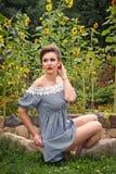 Девушка около солнцецветов в коротком платье 24 Стоковые Фотографии RF