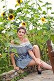 Девушка около солнцецветов в коротком платье 16 Стоковые Фотографии RF