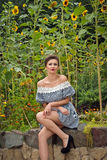 Девушка около солнцецветов в коротком dress3 Стоковые Изображения