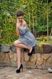 Девушка около солнцецветов в коротком dress2 Стоковая Фотография