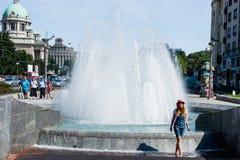 Девушка около фонтана в старом городке Белграде Сербии стоковое изображение