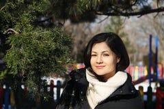 Девушка около хвойного дерева в парке Стоковое Изображение RF