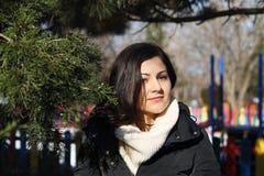Девушка около хвойного дерева в парке Стоковые Фотографии RF