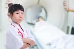 Девушка доктора с пациентом расплывчатой предпосылки рассматривая Стоковые Фото
