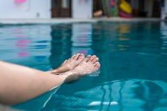 Девушка окуная ноги в бассейне стоковые фотографии rf