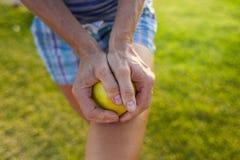 Девушка ломает яблоко в 2 части Стоковое фото RF