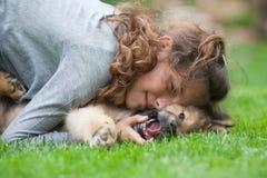 девушка она детеныши щенка hugs Стоковые Фото