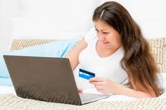 Девушка оплачивая карточки цены онлайн Стоковое Изображение RF