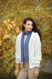Девушка осени в парке города outdoors Стоковое Фото