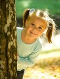 девушка осени меньший играть парка Стоковое Изображение