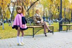девушка осени меньший парк довольно Стоковая Фотография RF