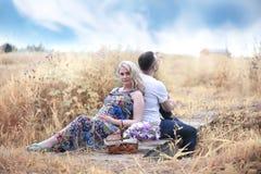 Девушка осени молодая беременная на дате Стоковые Изображения RF