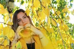 Девушка осени снаружи Стоковое Изображение