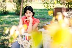 Девушка - осень слушая к показателям стоковые изображения