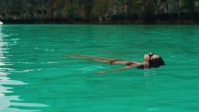 Девушка ослабляет плавать на ее назад сток-видео