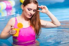 Девушка ослабляя на бассейне с питьем Стоковое Фото