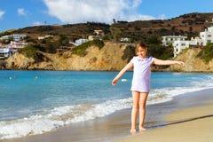Девушка ослабляя на кретски море Курорт Бали, Греция Стоковые Изображения RF